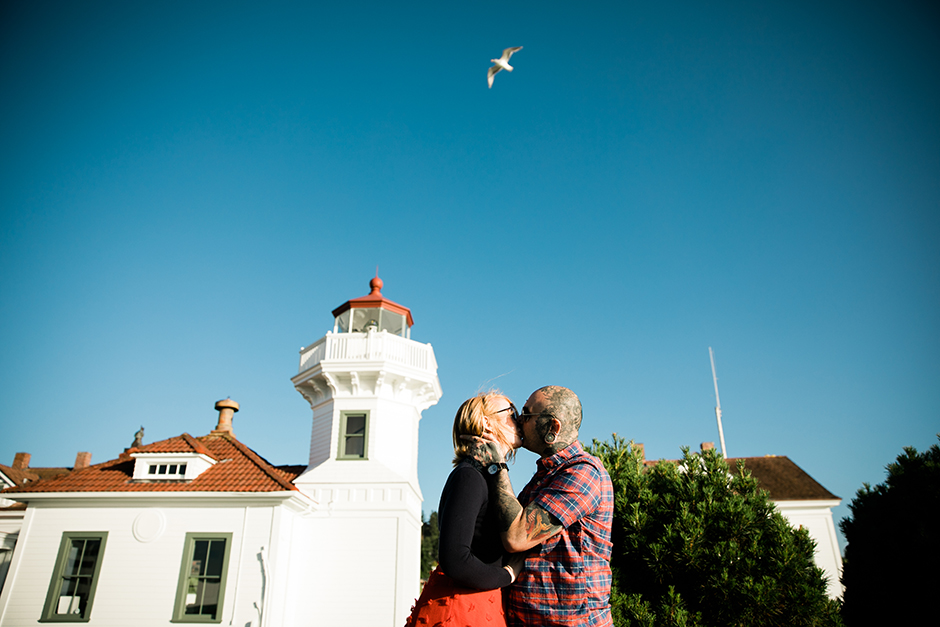 lighthouse couple kissing